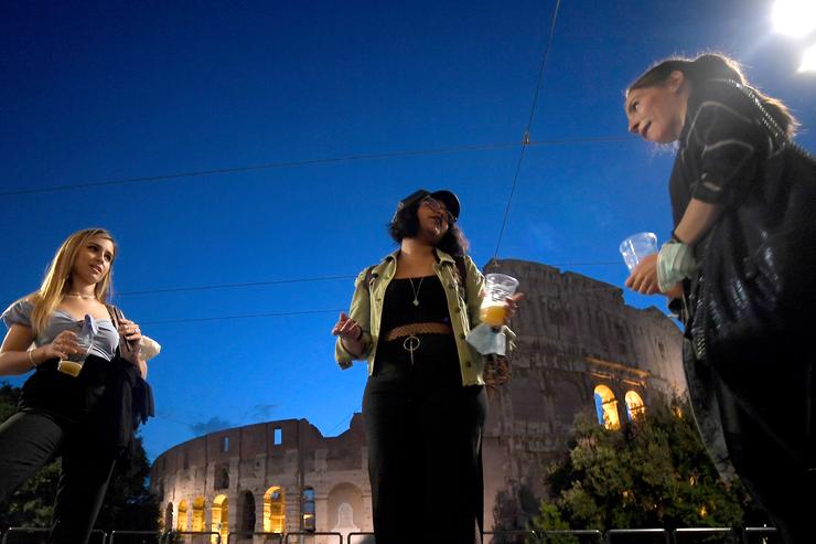 La gente si riunisce per uno spuntino davanti a un bar vicino al Colosseo a Roma il 18 maggio 2020 Fonte: AFP